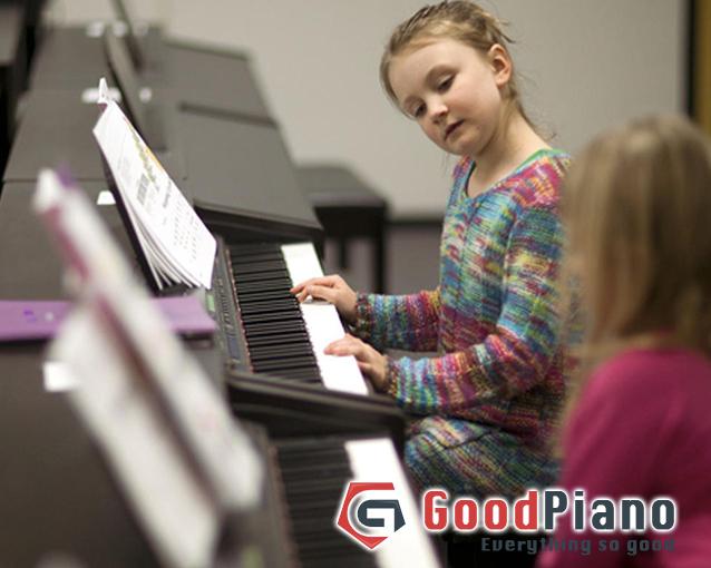 Nên chọn mua piano điện hay cơ cho bé?